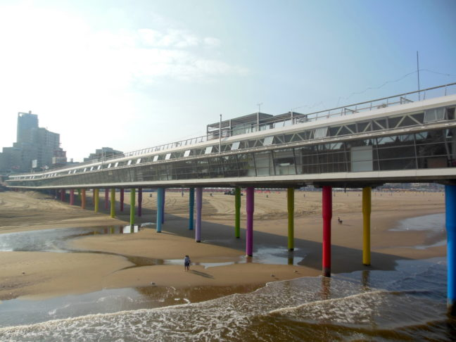Gekleurde pilaren Scheveningen De Pier