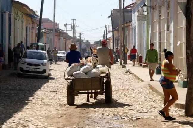 Paard en wagen iets buiten het centrum van Trinidad