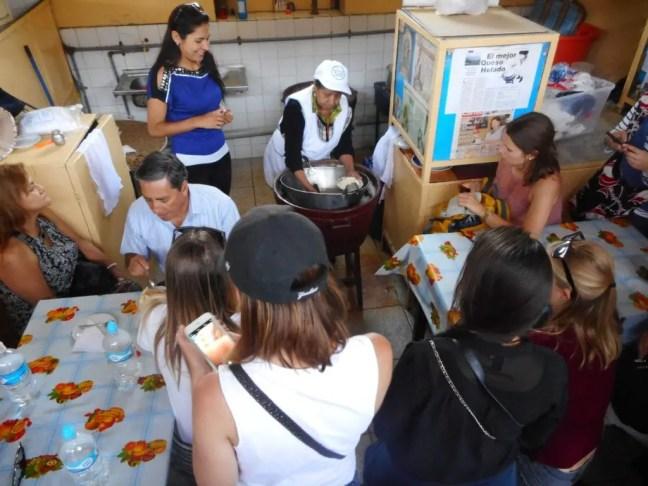 Queso helado maken met veel publiek