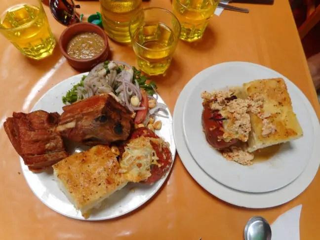 De triple: rocoto relleno, een aardappeltaartje, chicharron (gefrituurd varkensspek) en een salade van varkensvoetjes. Eet smakelijk!
