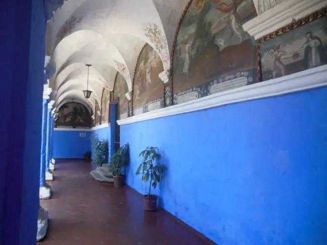Prachtige bogen in de gangen vol schilderingen