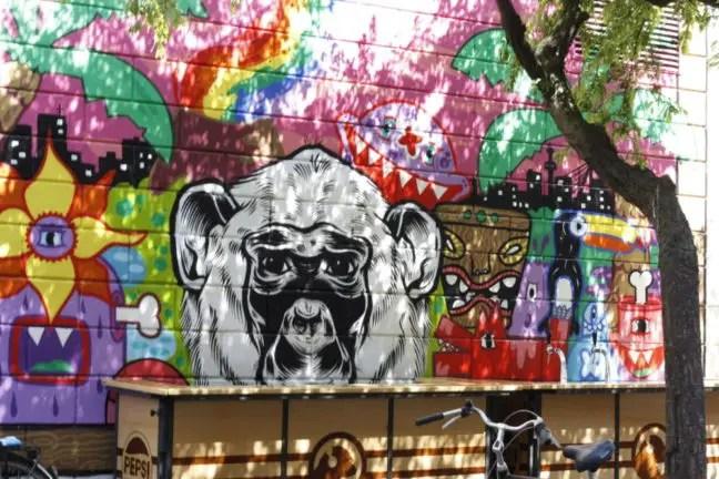 Schildering aan de zijkant van het populaire café De Witte Aap