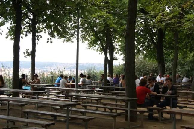 De Letná beer garden met uitzicht over de stad.