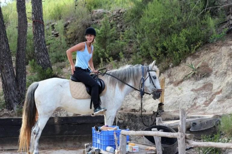 Paardrijtocht Ibiza - Kim zit op een witte merrie