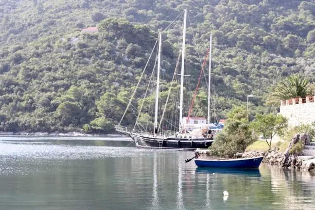 Slechts een paar boten meren aan het eind van de zomer aan in Okuklje.
