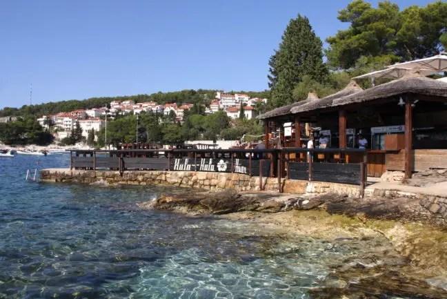 Hula Hula Hvar ligt aan de prachtig blauwe Adriatische zee.