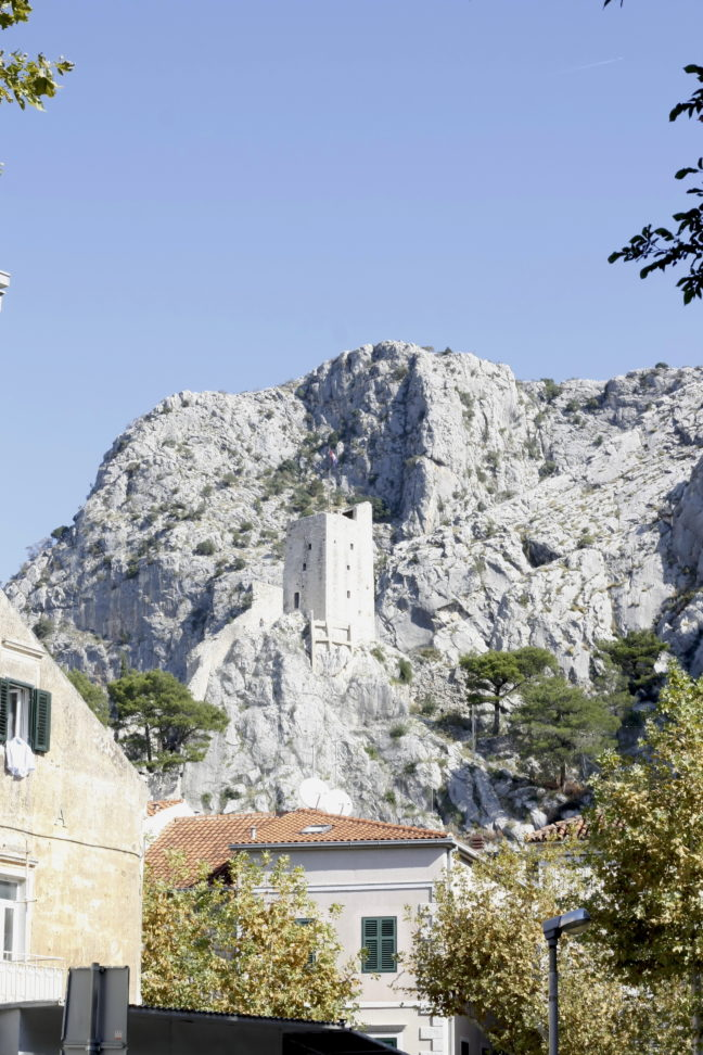 De Peovica toren in de bergen.