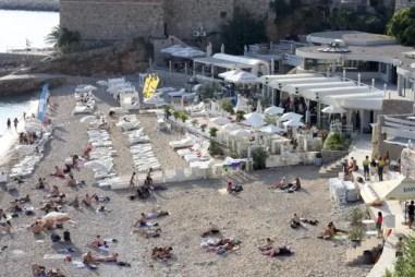 Banje Beach, waar je ook prima gewoon op je handdoekje op het strand kan liggen.
