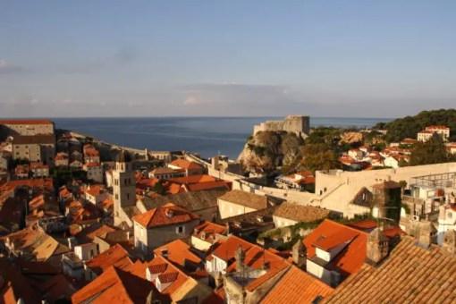 De oranje daken van de oude stad.