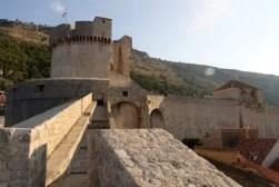 De stadsmuur van Dubrovnik is op sommige plekken maar liefst 6 meter dik.
