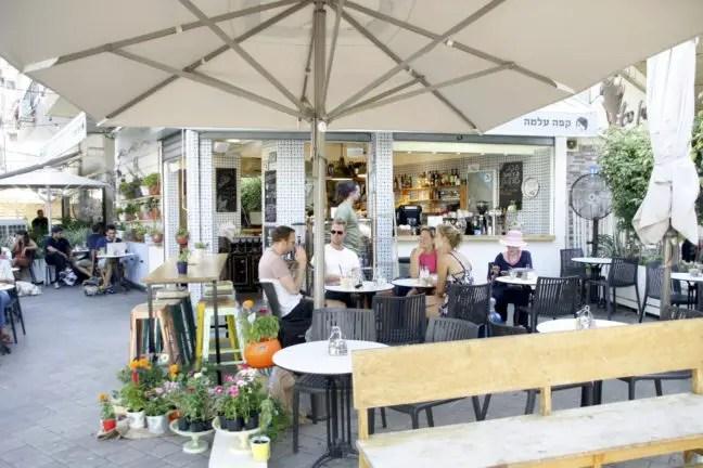 Sfeervol terras bij Café Alma. Naast de hummusbar.