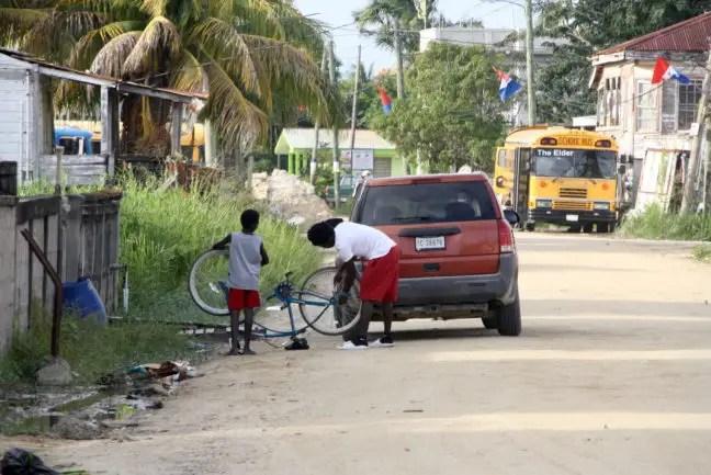 Een fiets opknappen in Dangriga, Belize.