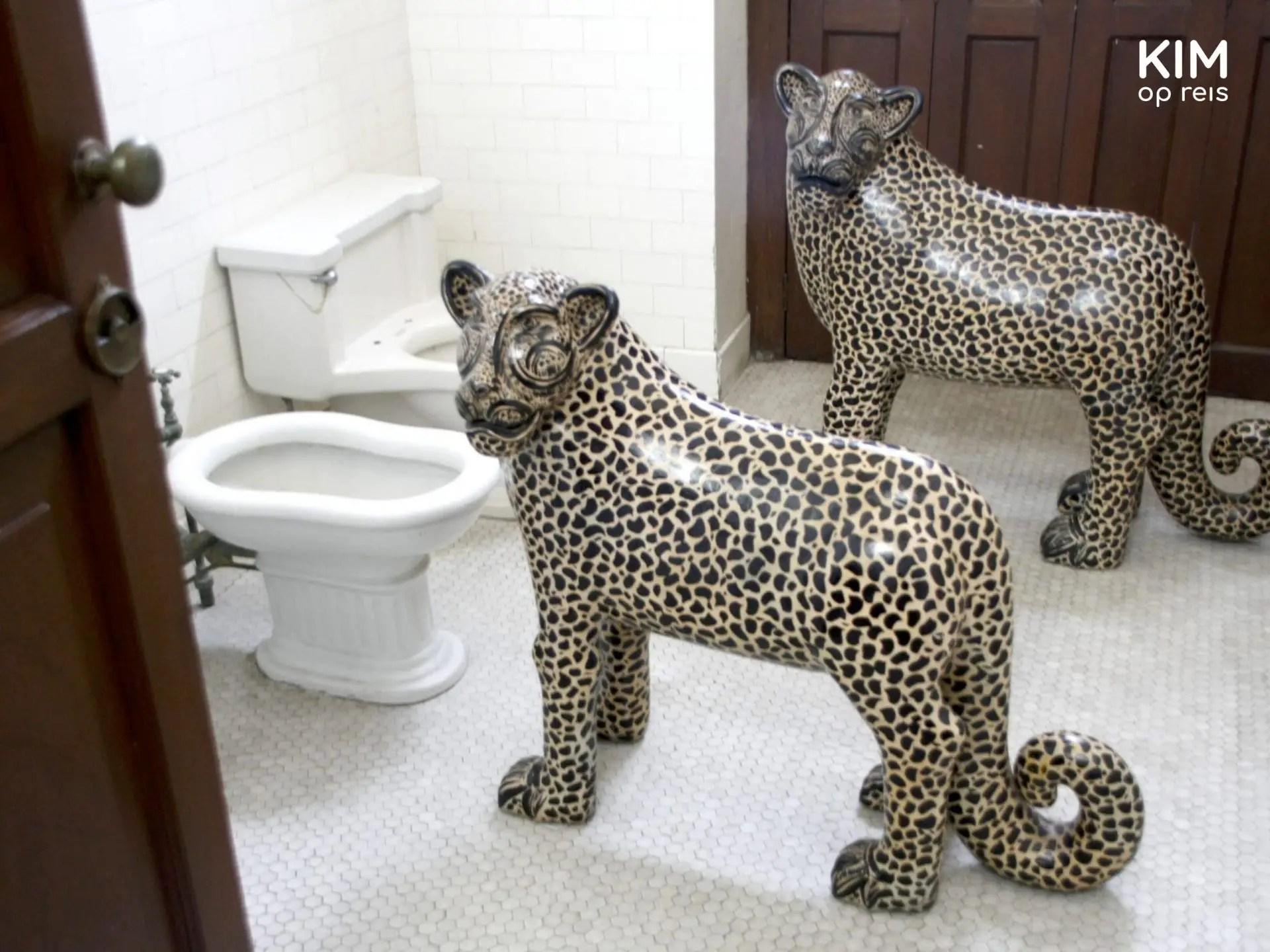 Museo de Arte Popular de Yucatán toiletbezoek: twee neptijgers staan te drinken bij de toiletten