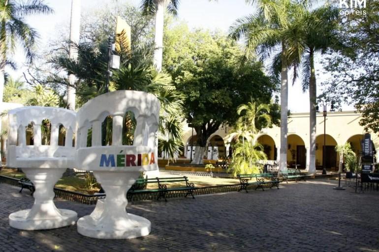 Parque Santa Lucia: klein parkje met twee enorme zitplekken ter promotie van de stad