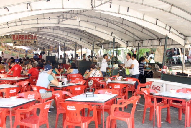Het plein is veranderd in een groot terras vol etenskraampjes.
