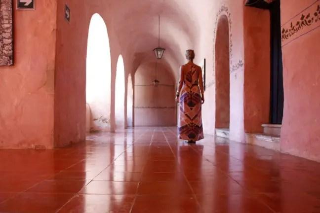 De roze gangen van het klooster.