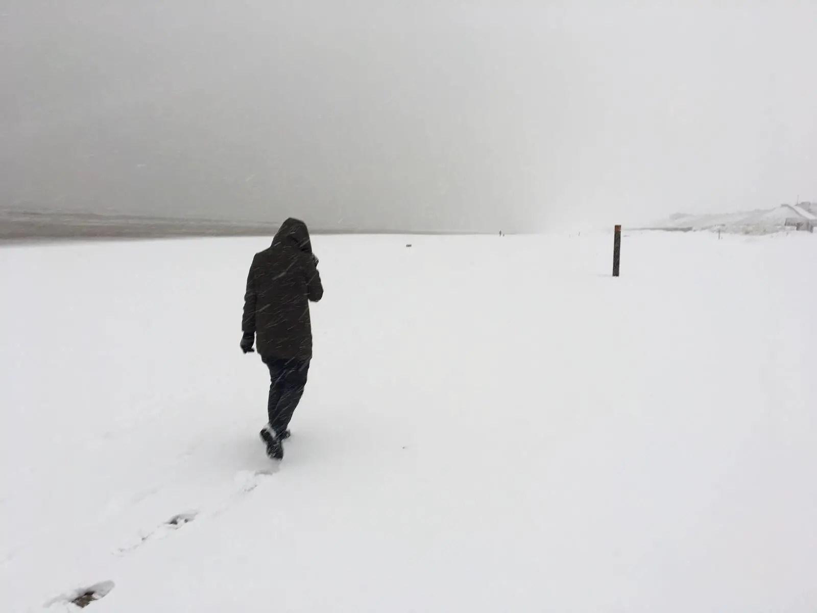 Strandwandeling in de sneeuw Bloemendaal aan Zee