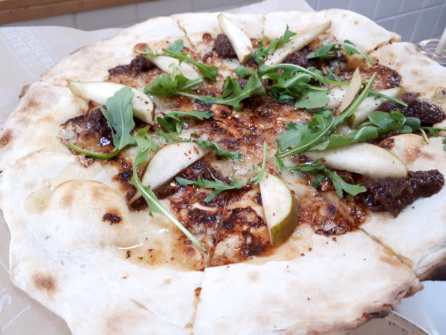 Deze pizza met peer en gorgonzola is een aanrader.