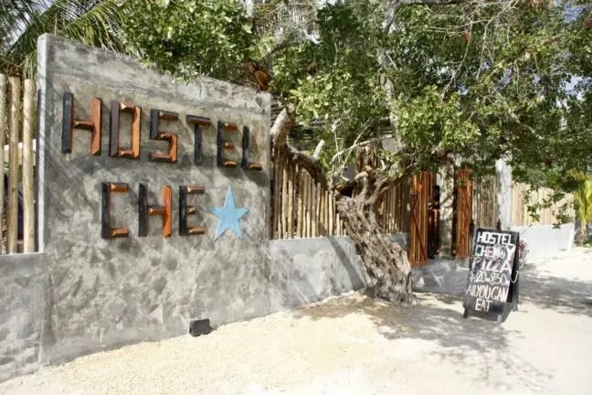 Ingang van Hostel Che op Isla Holbox.