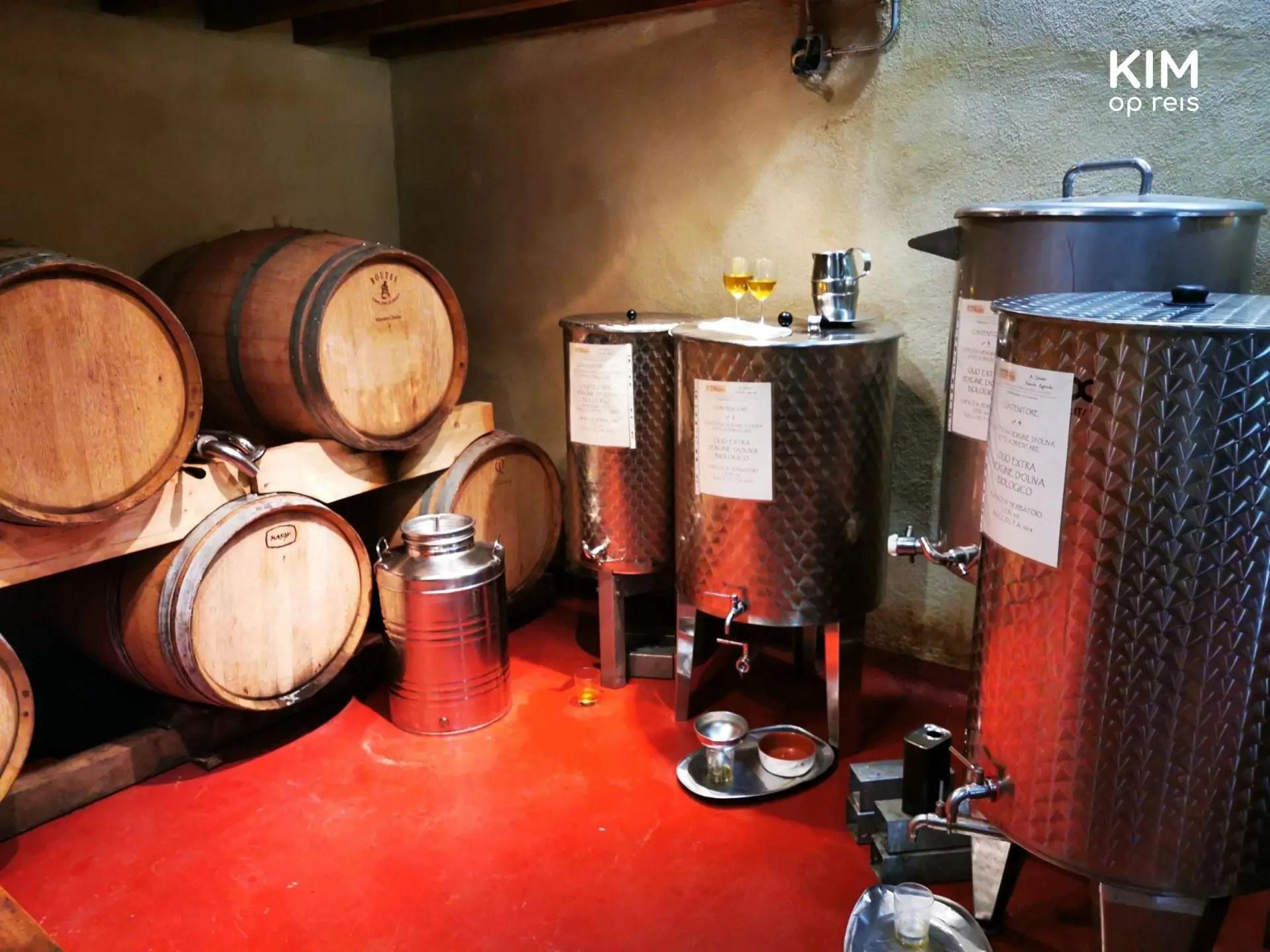 Wijntanks, wijnvaten en olijfolietanks bij het kleinschalige wijnhuis in Toscane