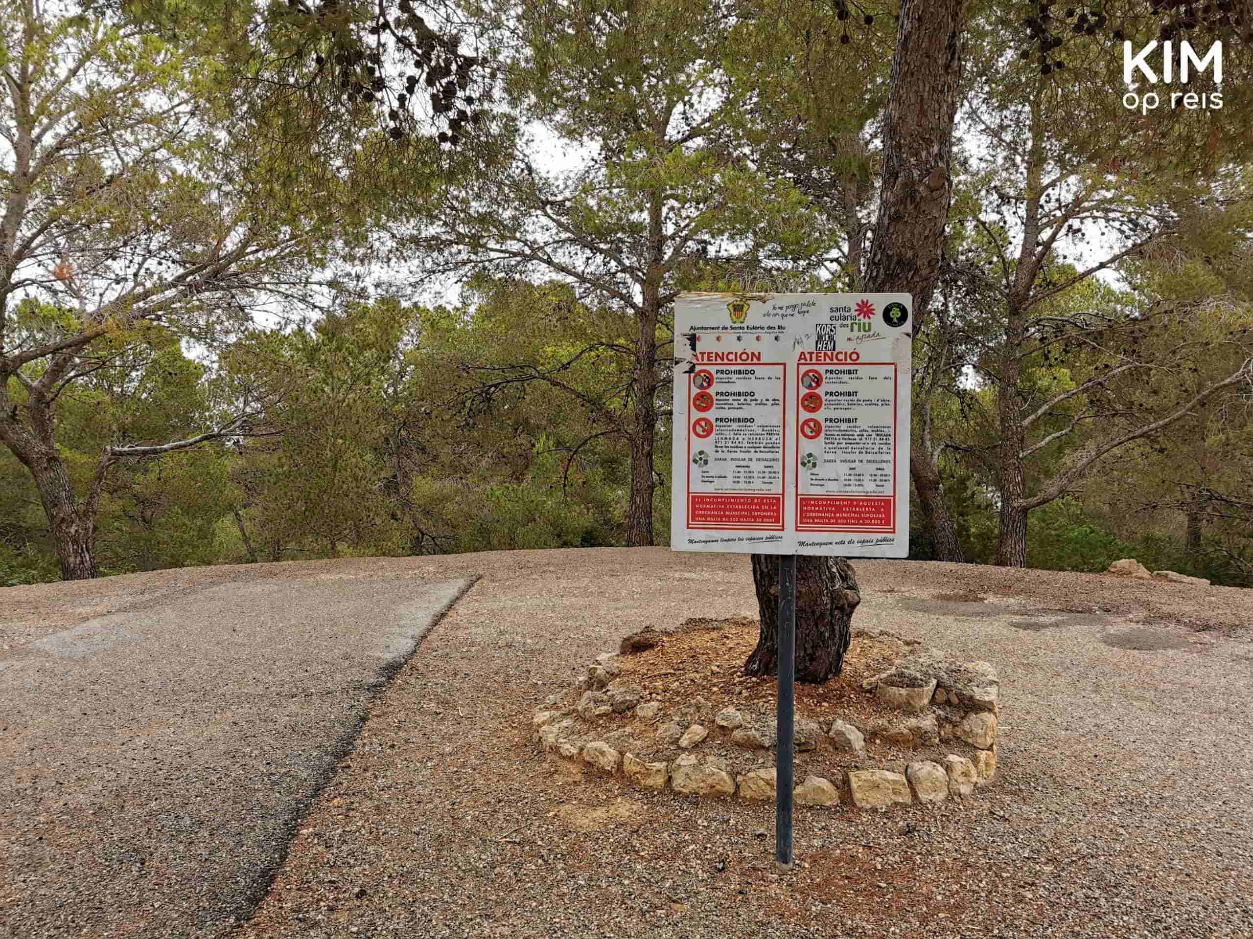 Cala Llonga cave visit: warning sign in the parking place