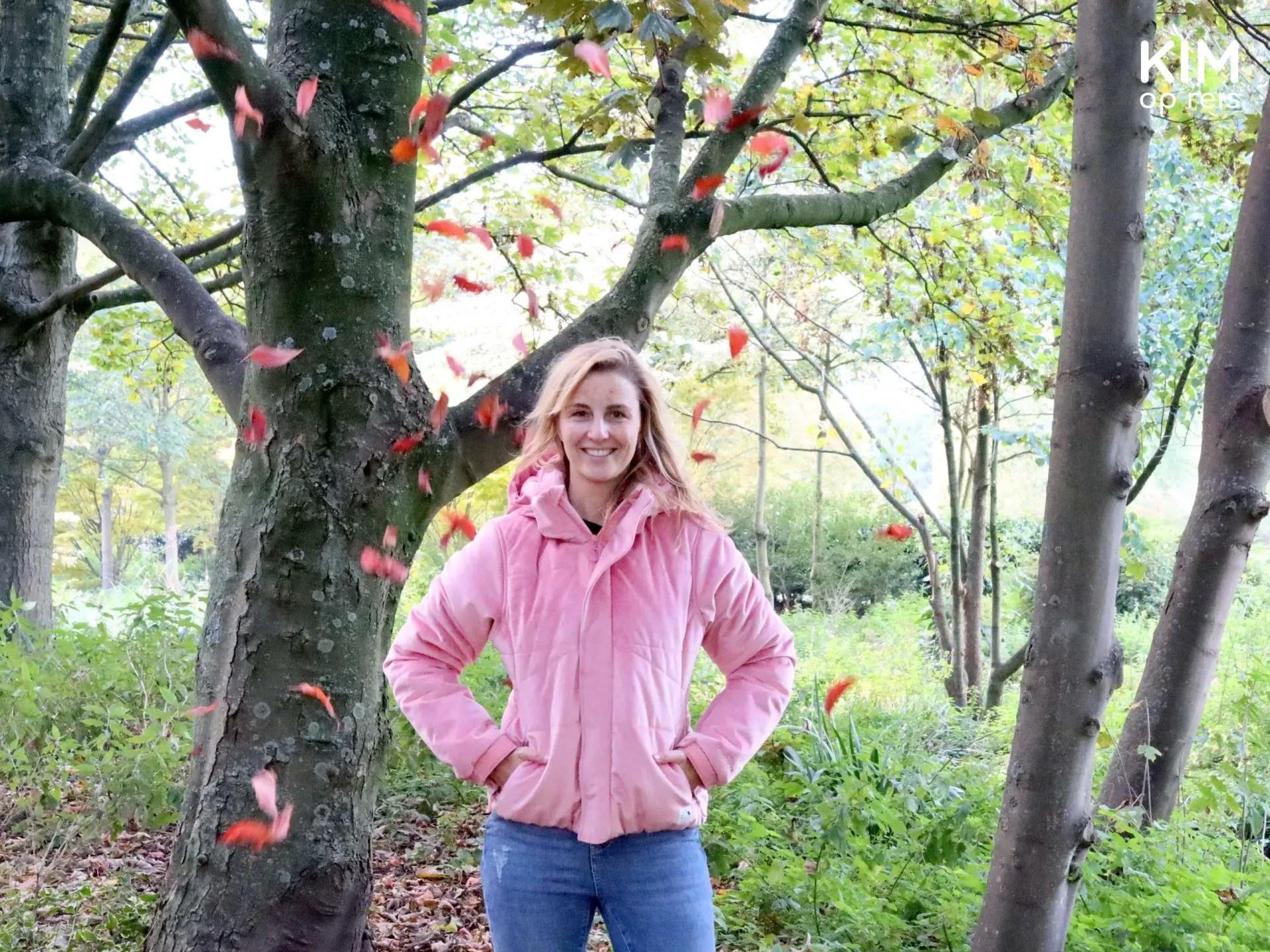 Duurzame winterjas Protest: Kim in roze Diva winterjas in een herfstig bos