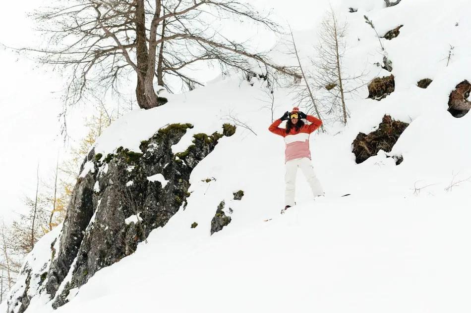 Duurzame wintersportkleding Protest: meisje staat op een besneeuwde berg en doet haar skibril goed