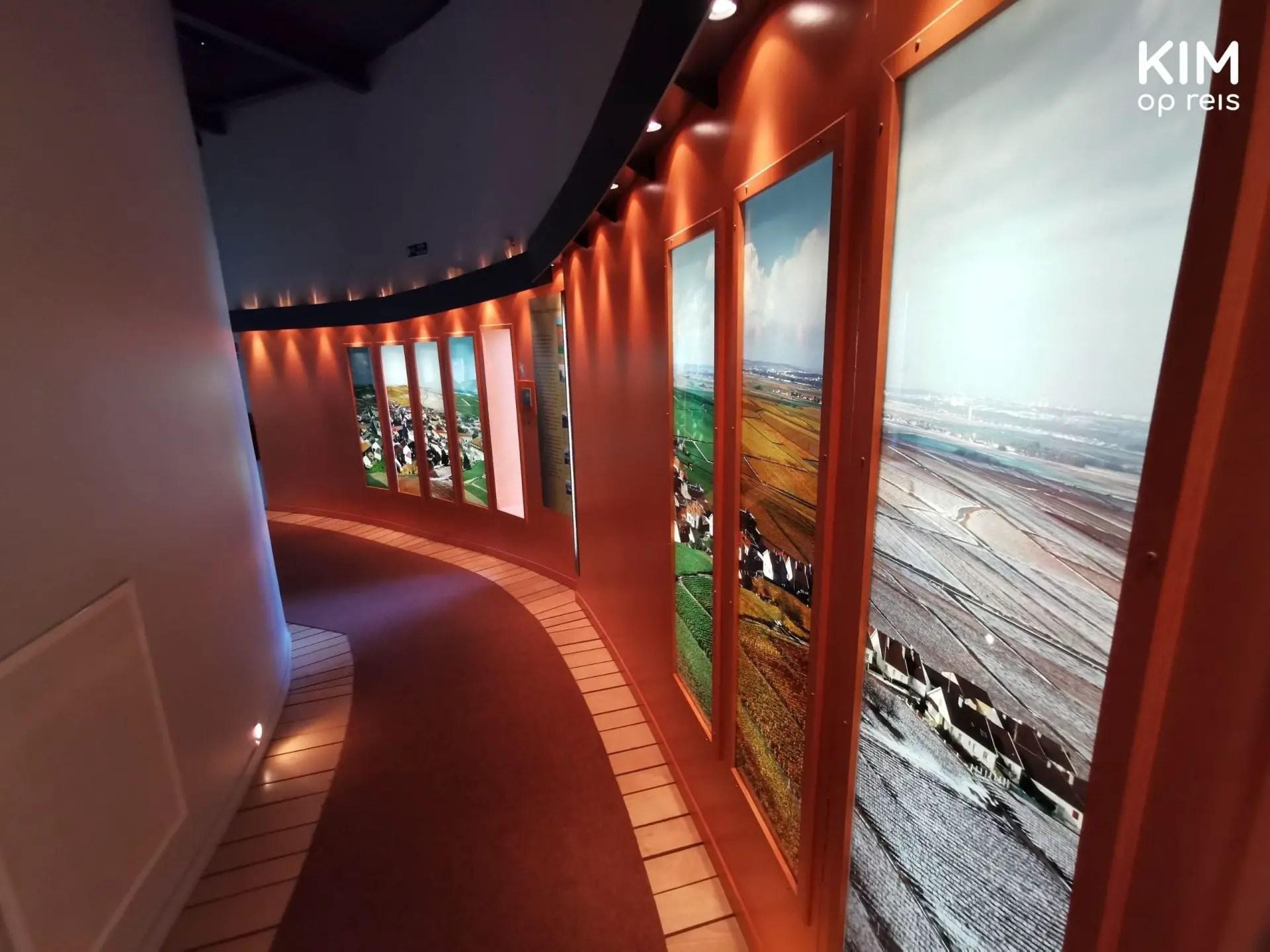 Museum Le Phare: rond draaiende gang met verschillende afbeeldingen van het landschap