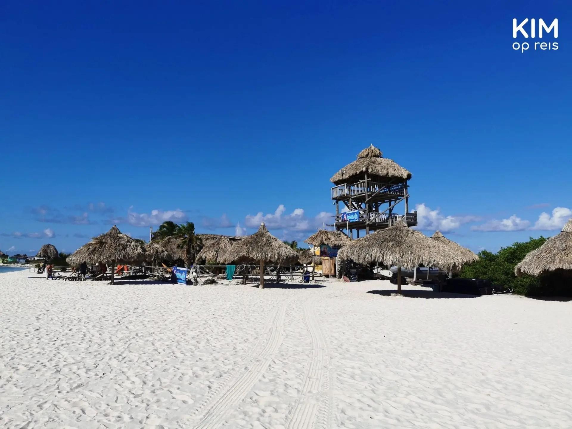 Mermaid beach house Klein Curaçao: beach house with umbrellas and a watchtower