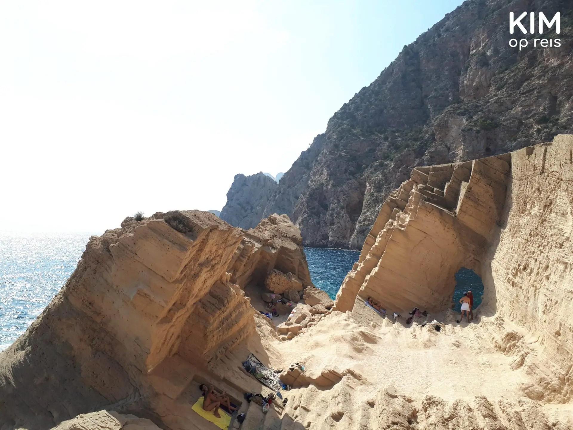 Atlantis op Ibiza - lichtgekleurde rotspartij aan de rand van de zee