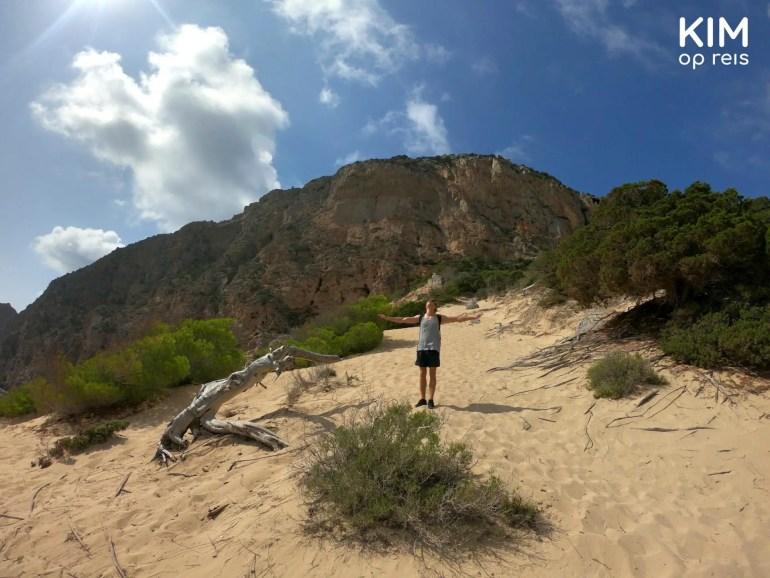 Atlantis afdaling - op het zandgedeelte geniet een man van een verkoelend briesje met zijn armen wijd