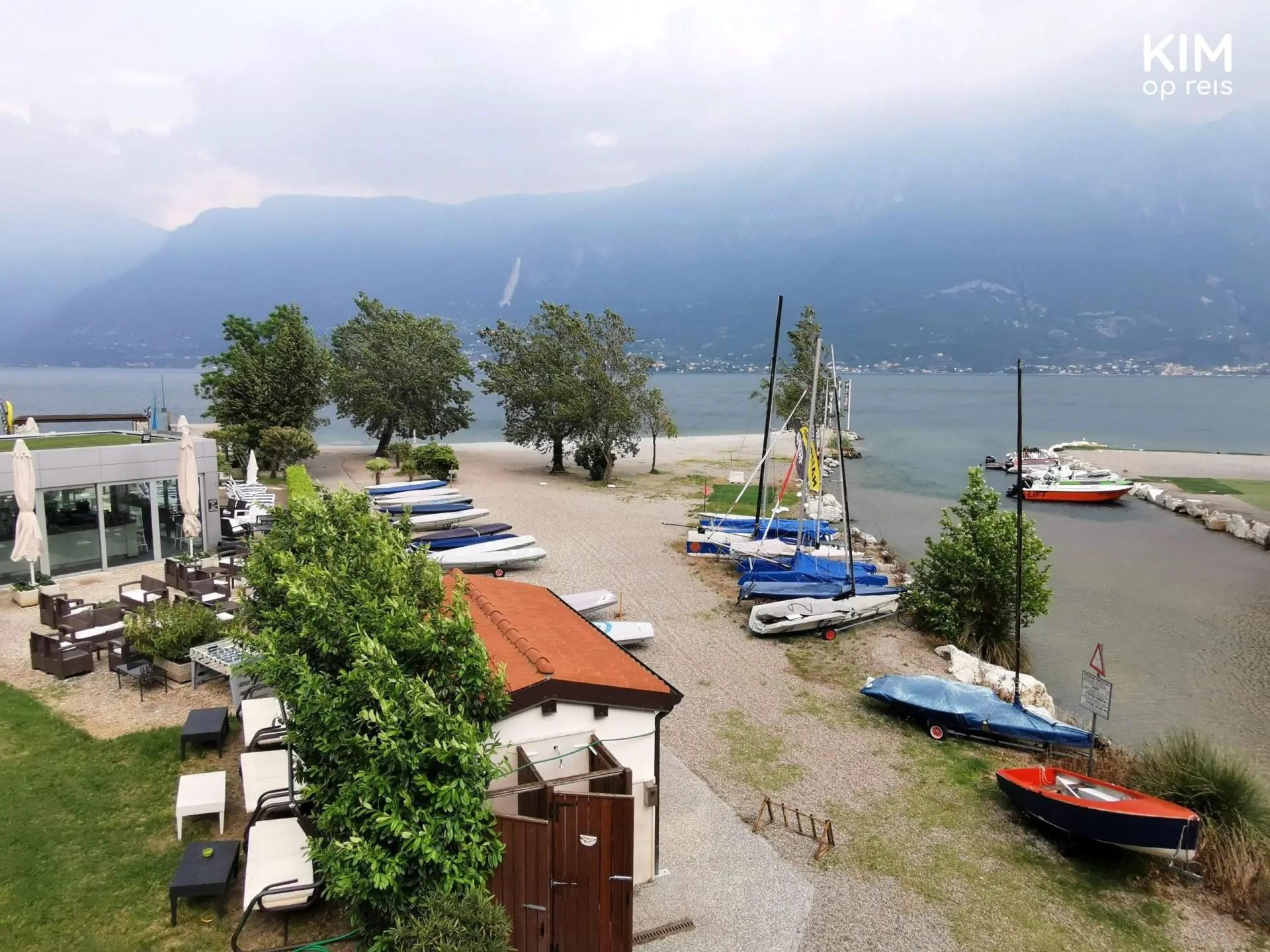 Camione aan het Gardameer - bovenaanzicht van een aantal boten aan land