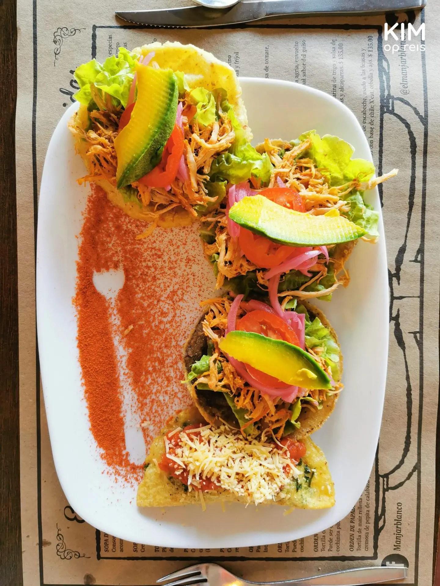 Cochinita Pibil Merida: bord met 4 taco's en een afdruk van een vork in het paprikapoeder