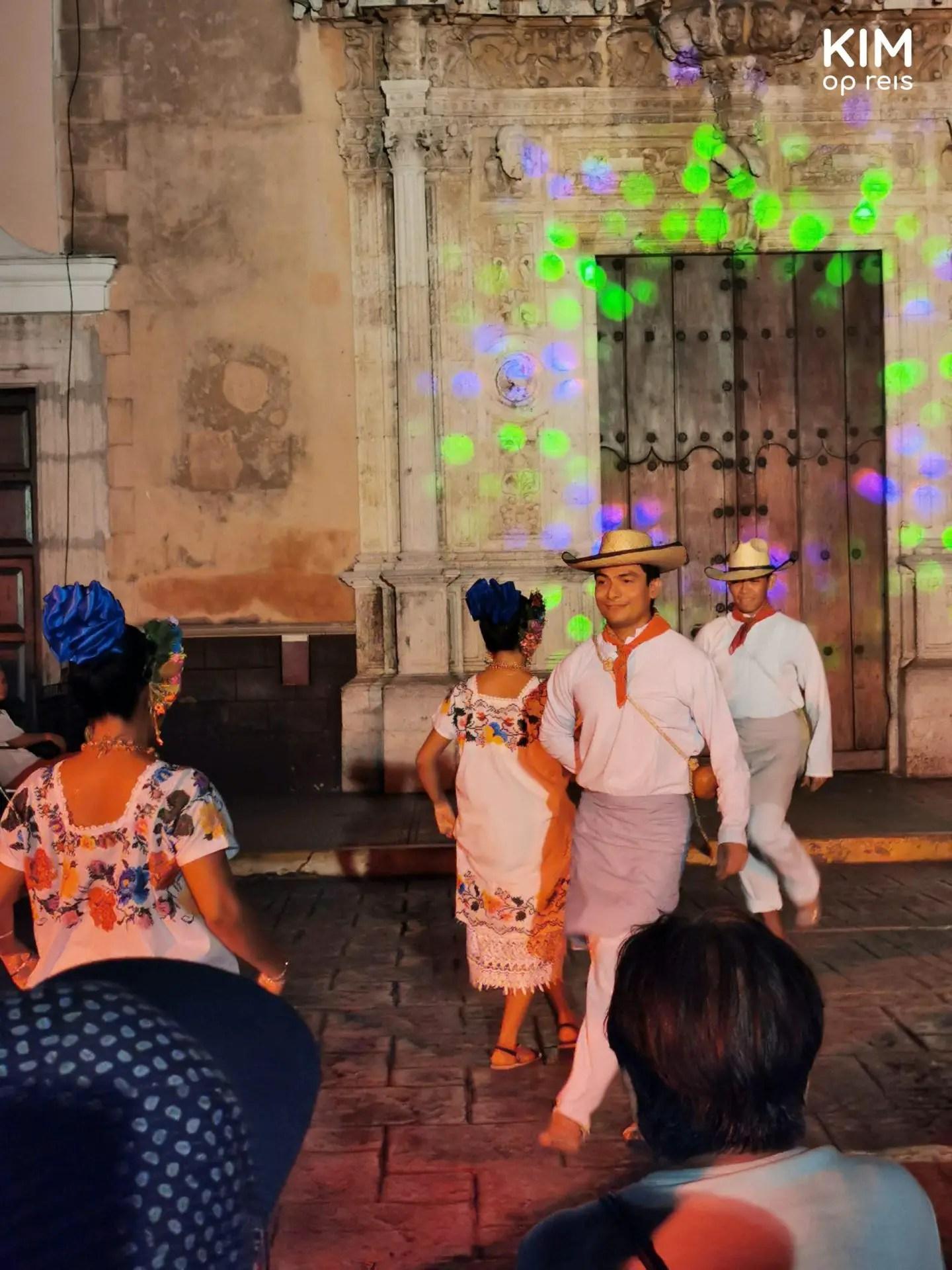 Cultureel programma Mérida: dansers in traditionele kleding
