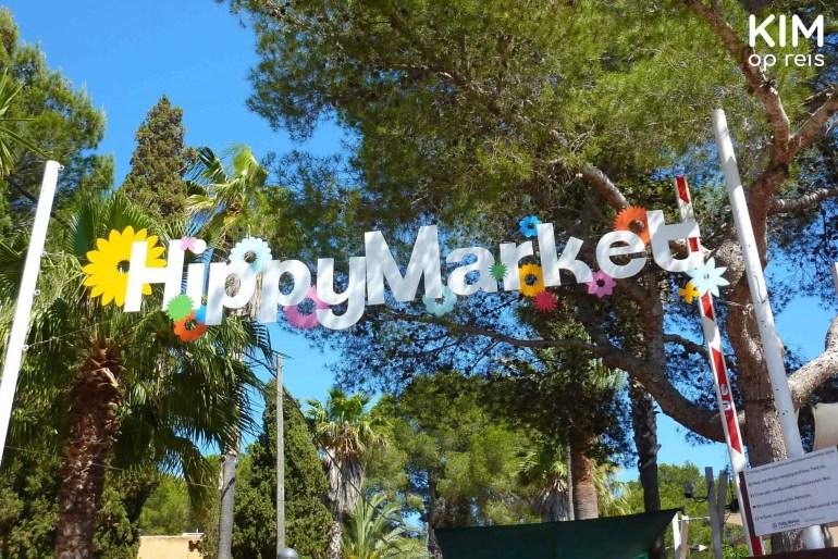 Hippy Market Es Canar / Punta Arabi - Letters HippyMarket in wit boven de entree