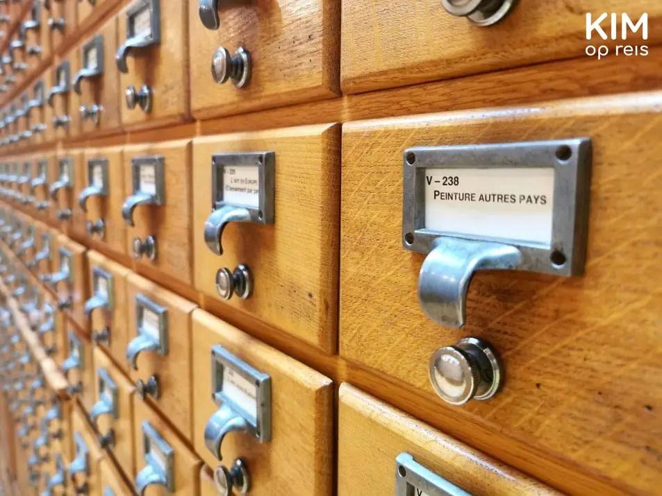 Kaartenbakjes Carnegie bibliotheek Reims: detail van kastje met kaartenbakjes met een geprint etiket erop