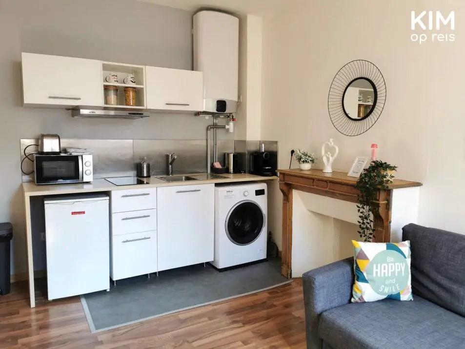 Keuken Airbnb Reims: eenvoudige witte keuken met wasmachine