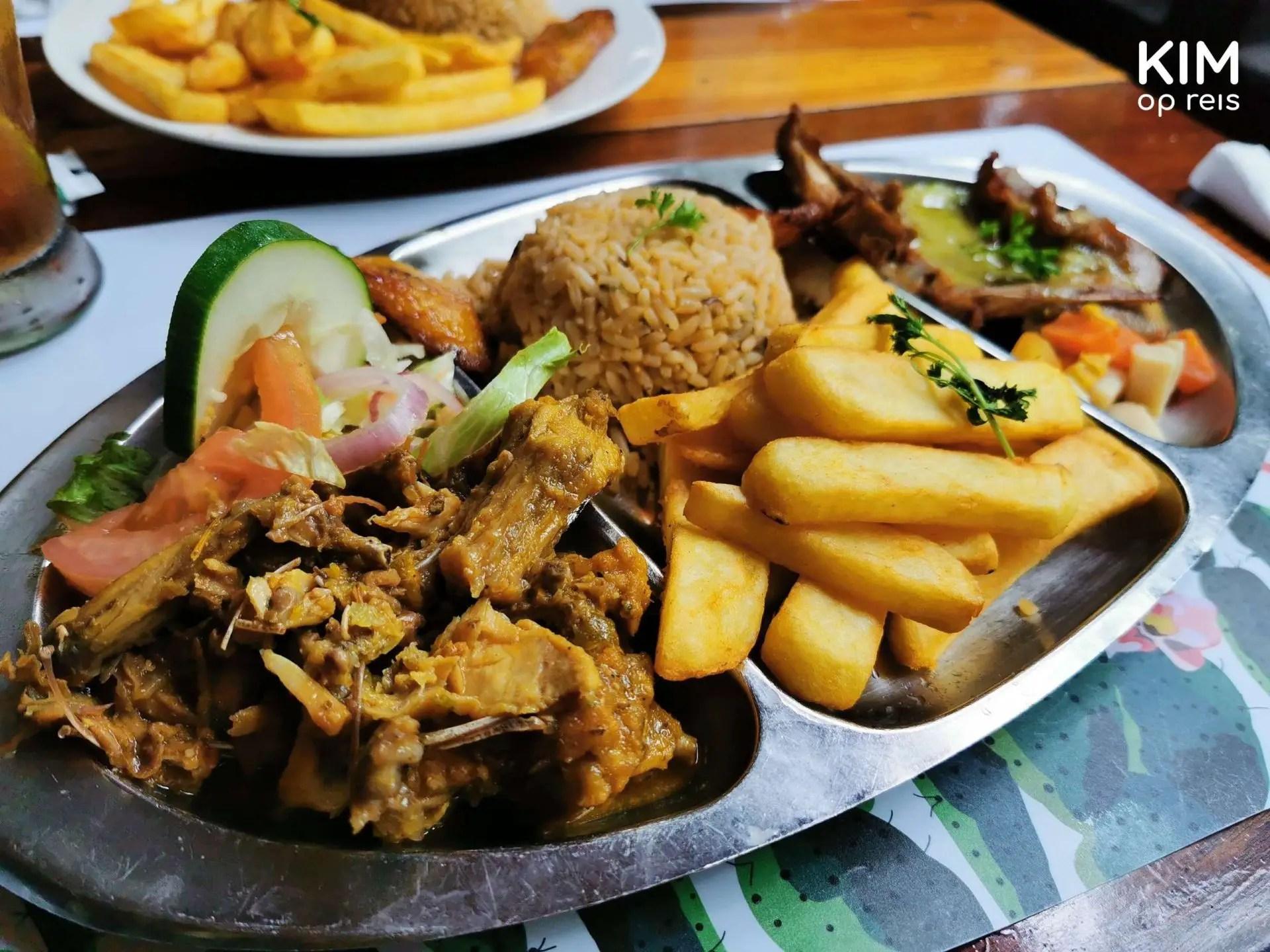 Leguaan restaurant Jaanchi Curaçao: rvs bord met vakjes voor het eten