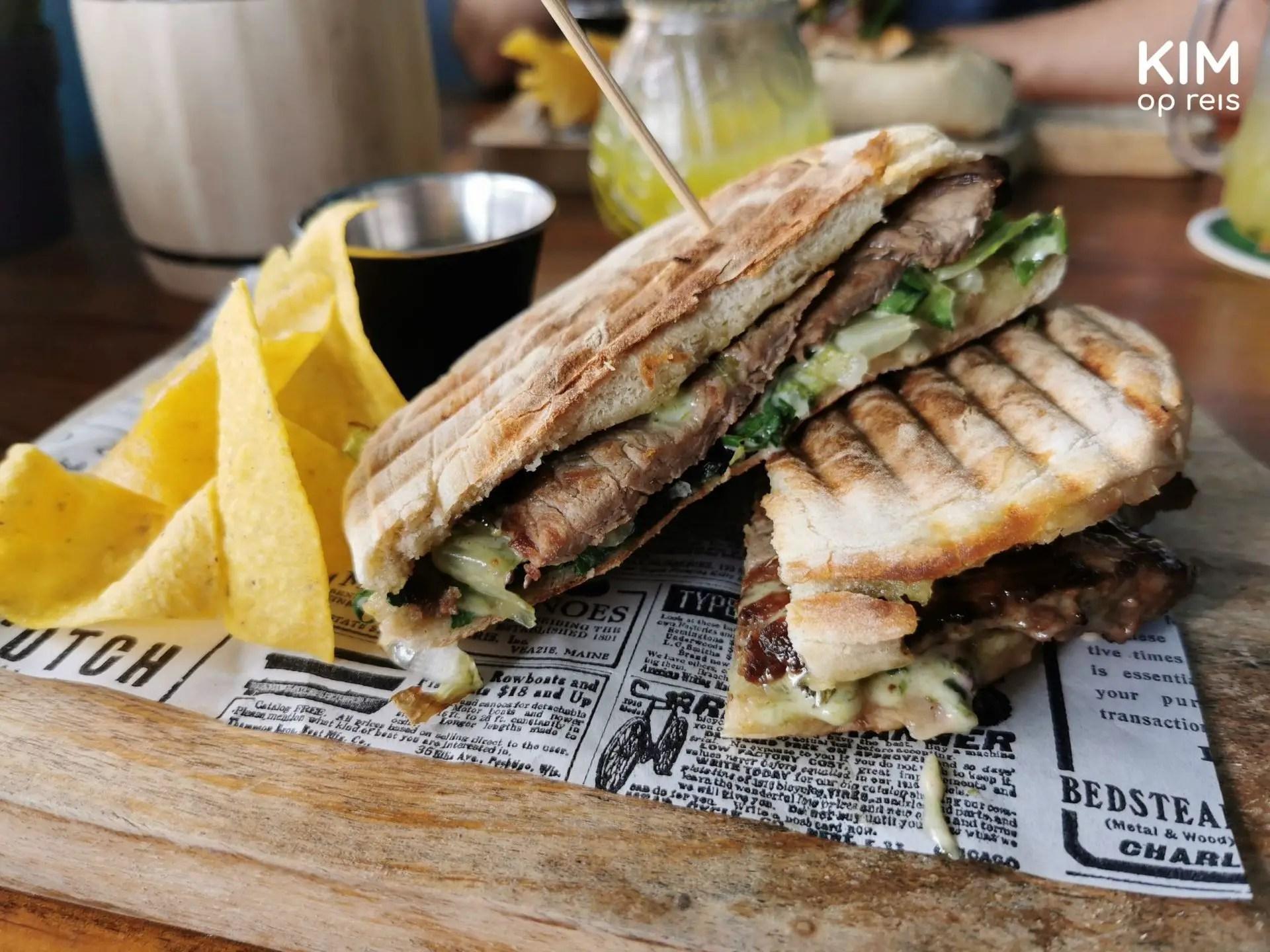 Lokale lunch Pop's Place Caracasbaai Curaçao: gegrilde sandwich