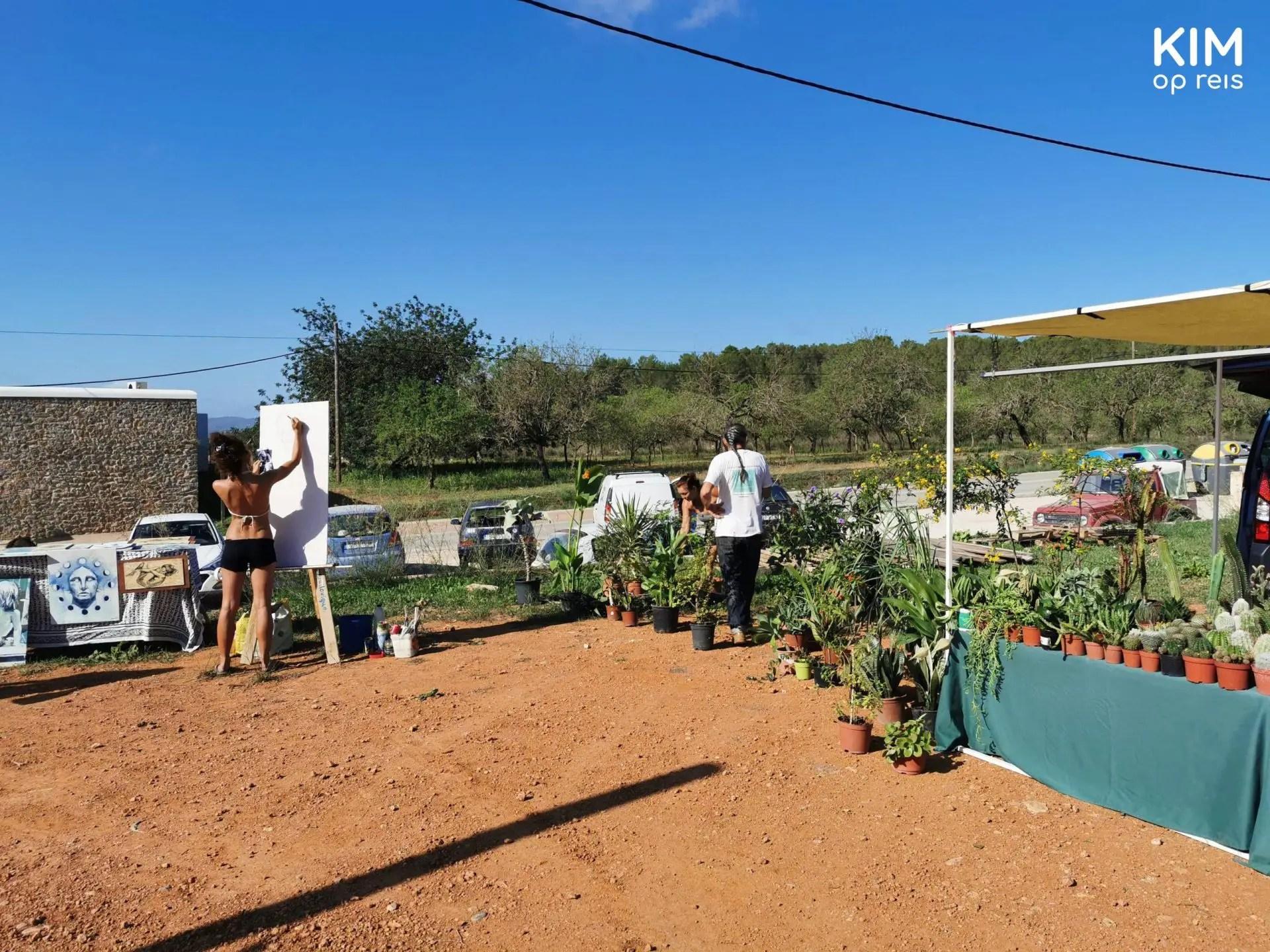 Mercat de Forada Ibiza - hoekje van de markt waar planten worden verkocht en iemand een schilderij maakt