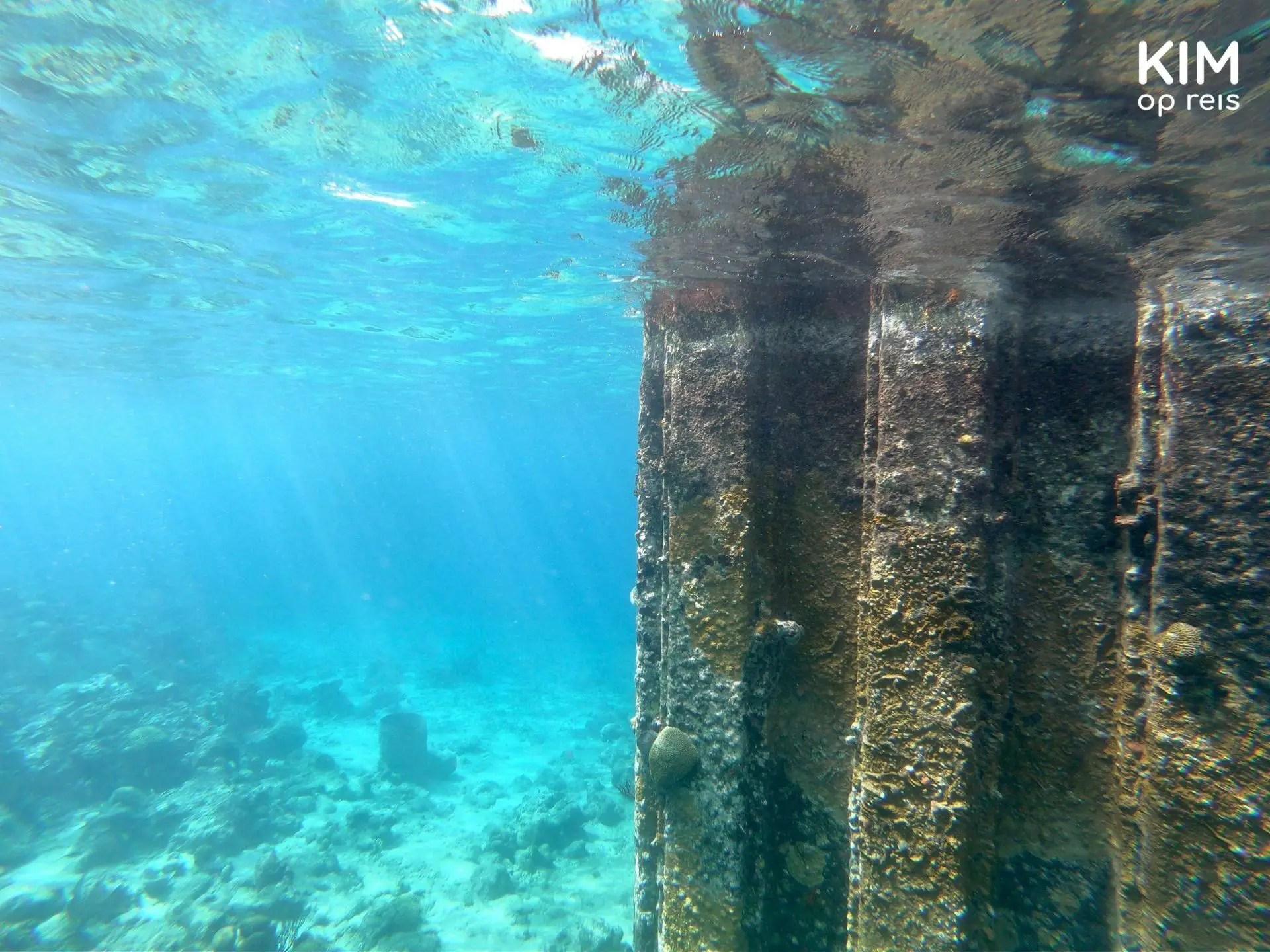 Onderwater Curaçao Tugboat Beach: metalen paal in het water, aangetast door de zee