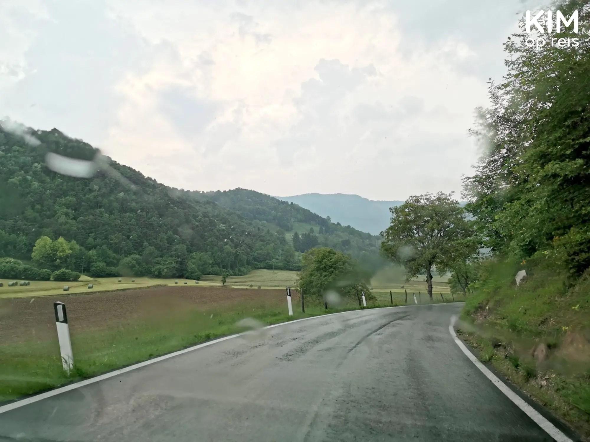 Regenachtig Tremosine - foto van de weg vanuit de auto door een autoraam met regendruppels