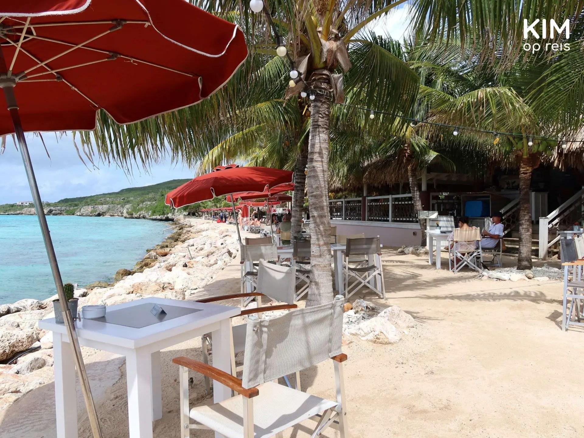 Restaurant Karakter zee Curaçao: tafels op het strand