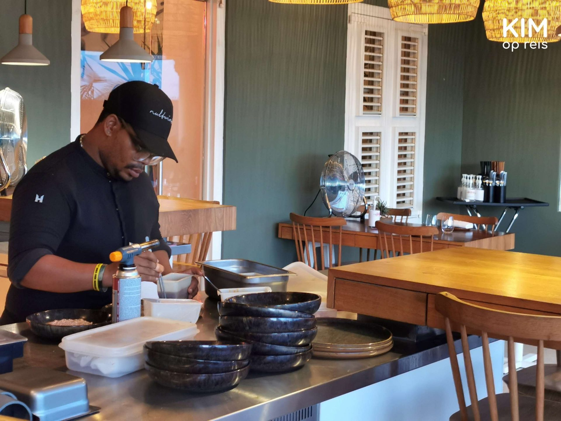 Restaurant Nultwintig Kitchen Curaçao: the cook is working at a workbench