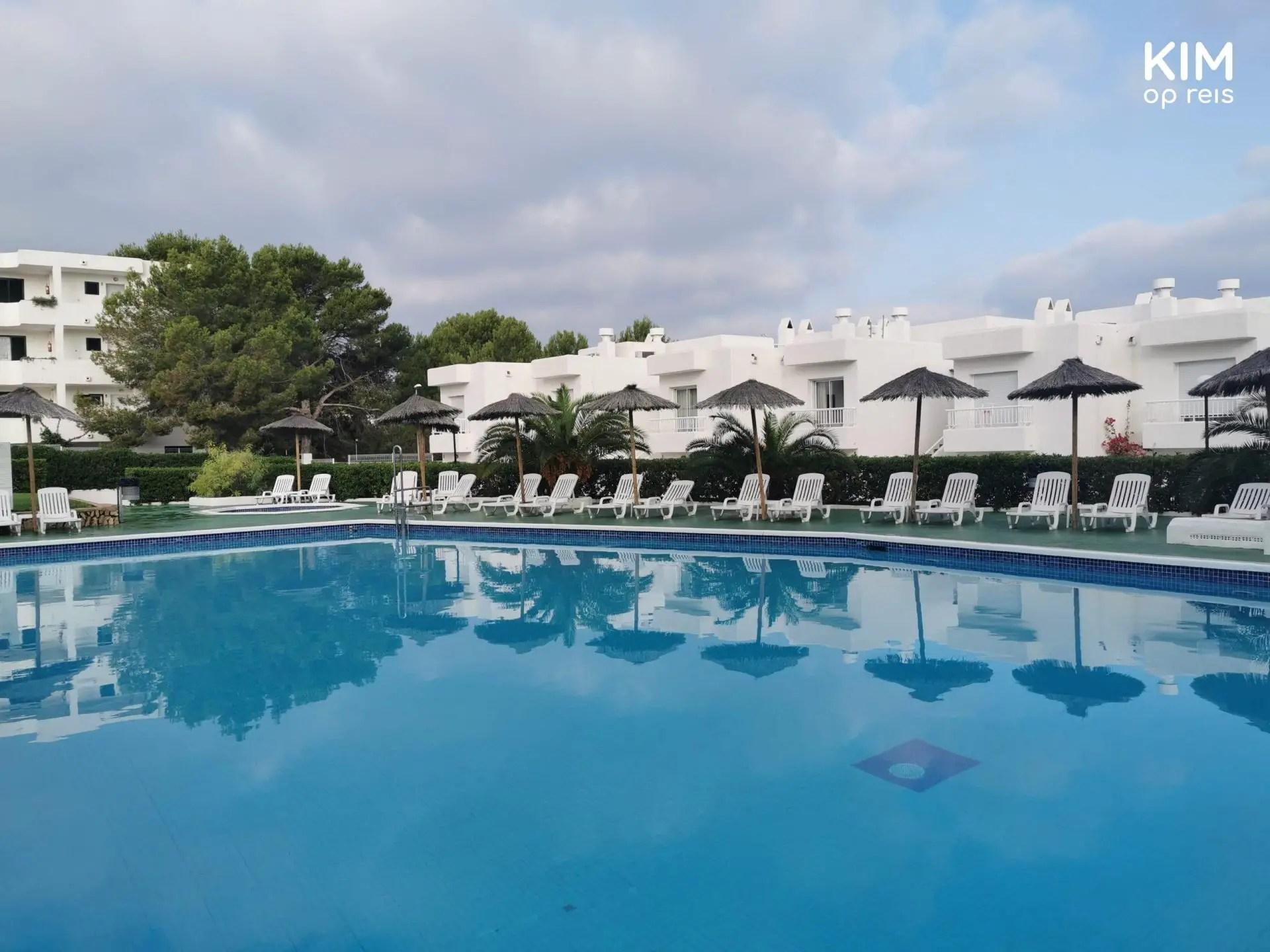 Zwembad Torrent Bay Ibiza - zwembad met witte appartementen eromheen