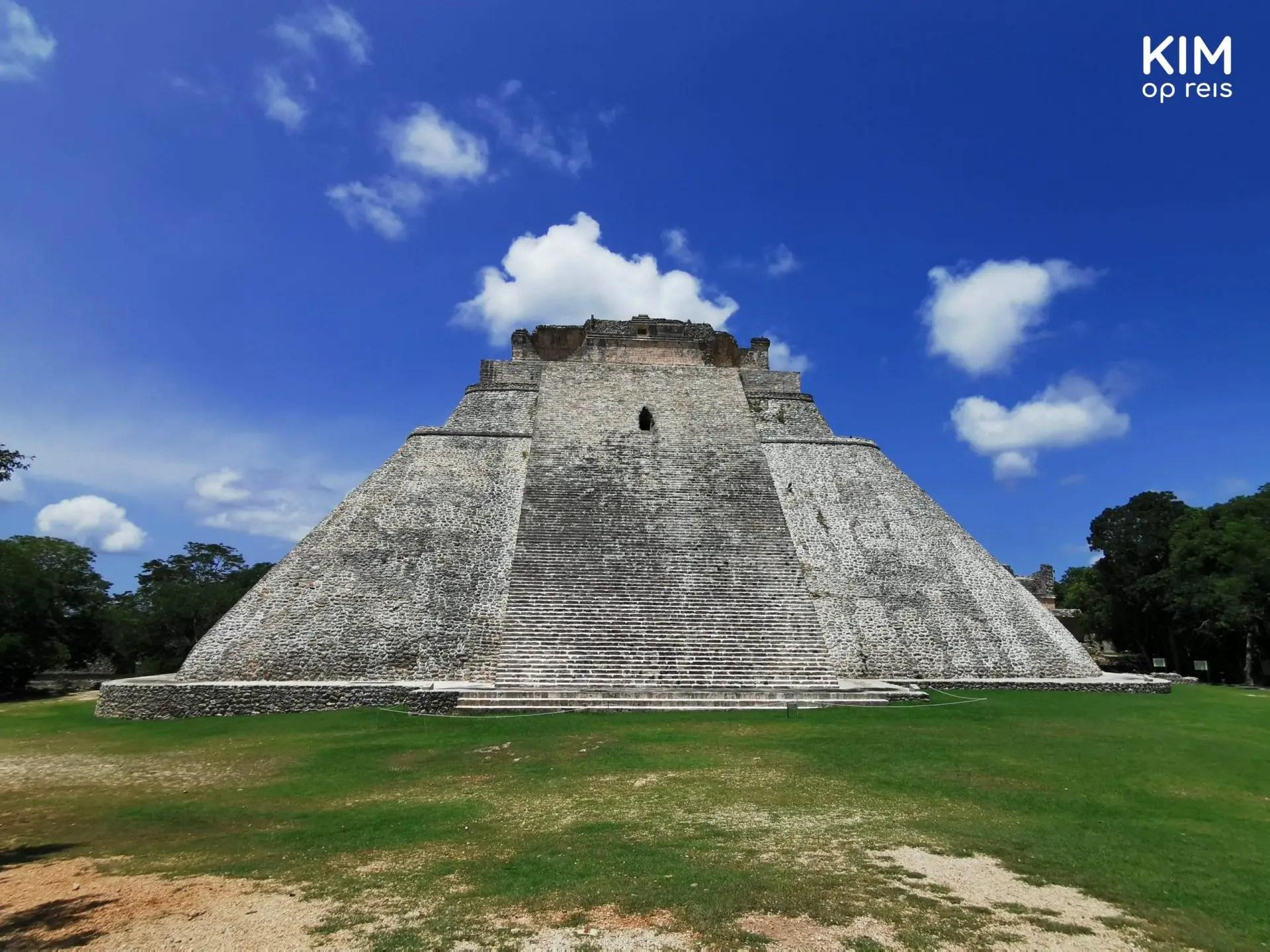 Uxmal piramide: grote Maya piramide tegen een helderblauwe lucht