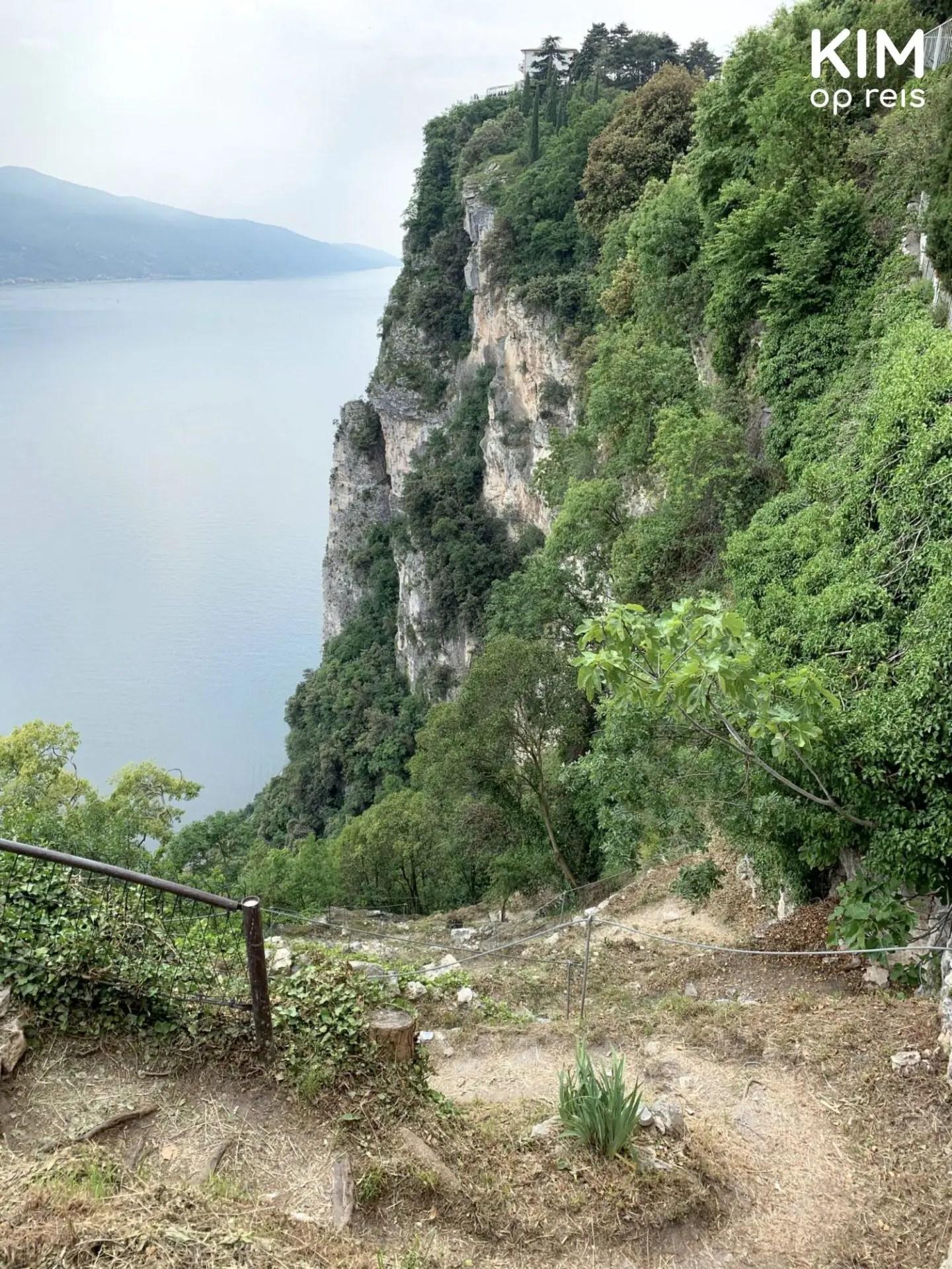 Wandelpad langs de rotsen naar beneden Pieve - onverhard wandelpad met stenen steil naar beneden