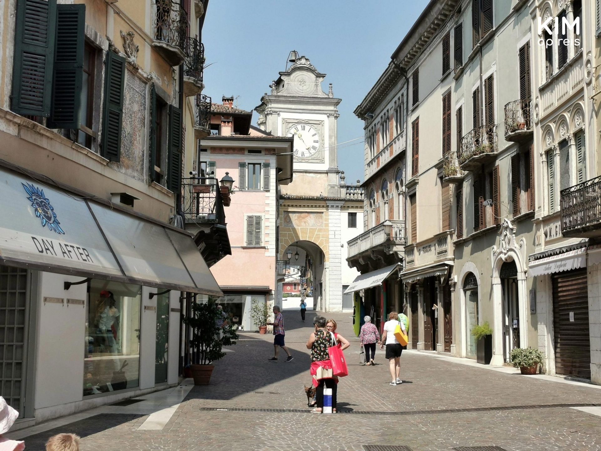 Winkelstraat Salò - nog rustige winkelstraat met enkele shoppers
