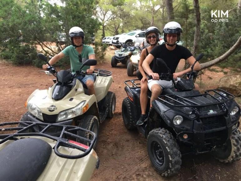Fotootje op de quad - twee quads met mensen erop