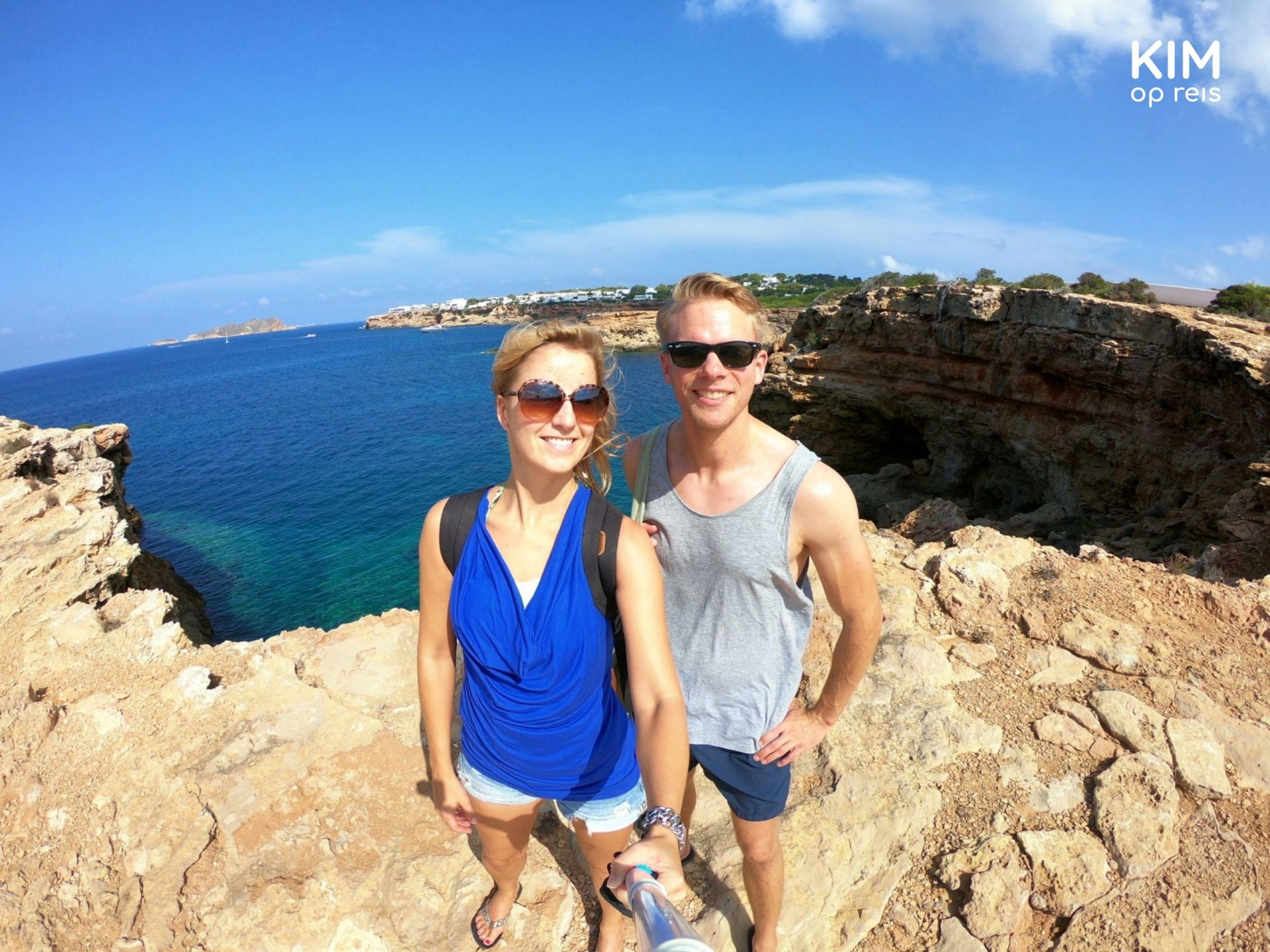 Selfie Stonehenge Ibiza : Kim and Patrick pose with the blue ocean on the background